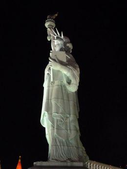 Frihetsgudinnen er på plass. Ukjent om kobberen kommer fra Karmøy, eller om det er kobber.