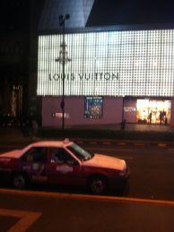 jaggu er det ikke Louis Vutton butikk her også